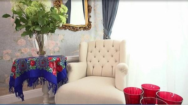 Стол покрыт скатертью из павлопосадского платка, в вазе искусственные гортензии, кресло обито бархатом