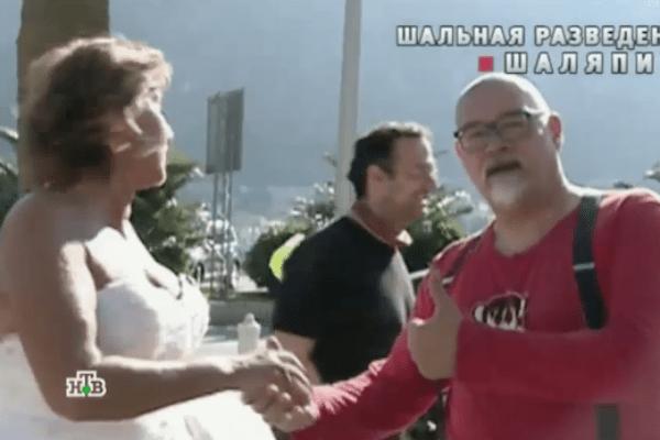 Копенкина в образе невесты знакомится с мужчинами прямо на улице