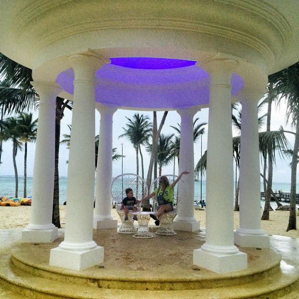 Дарья и маленький Артем сделали несколько фото в арке для проведения доминиканских свадебных церемоний