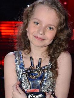 Юная певица Алиса Кожикина