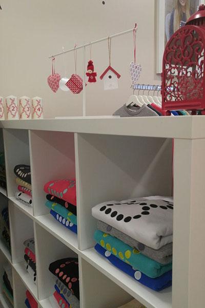 Белоснежные полки с аккуратно разложенными вещами создают ощущение домашнего тепла и уюта
