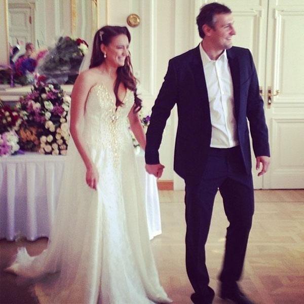 Платье невесты было скромным, а жених предпочел отказаться от галстука