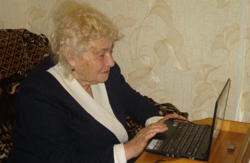 Мария Александровна все свободное время проводит у компьютера