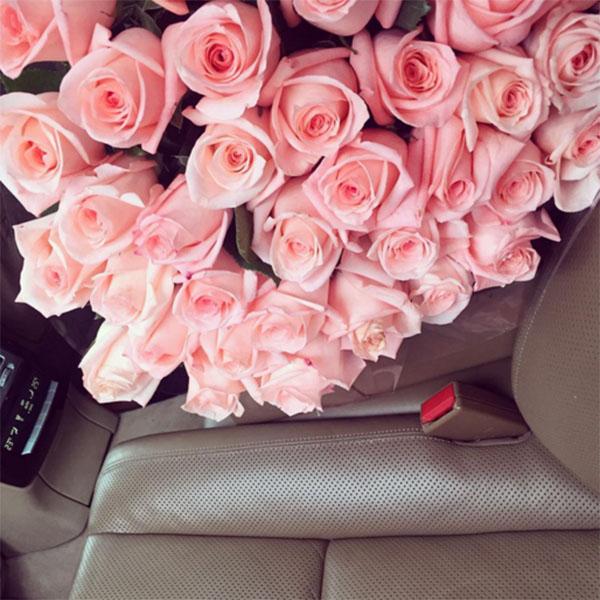 букет роз в машине на сиденье фото
