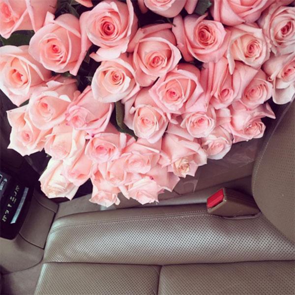 Букет цветов в машине на сиденье