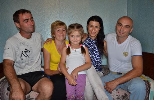 Беженцы Андрей и Ольга Егоровы с дочерью Машей (слева) нашли кров благодаря волгоградцам Наталье и Андрею Бурбиным