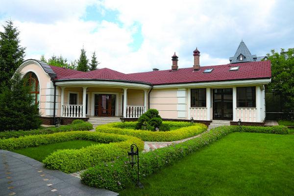 На заднем дворе дом для гостей и баня