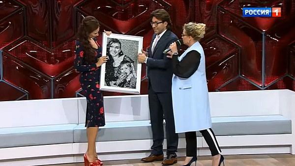 Эвелине Бледанс подарили портрет, выложенный стразами