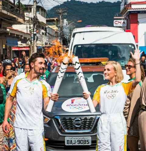 Дима Билан и Полина Гагарина приняли участие в эстафете олимпийского огня в Бразилии