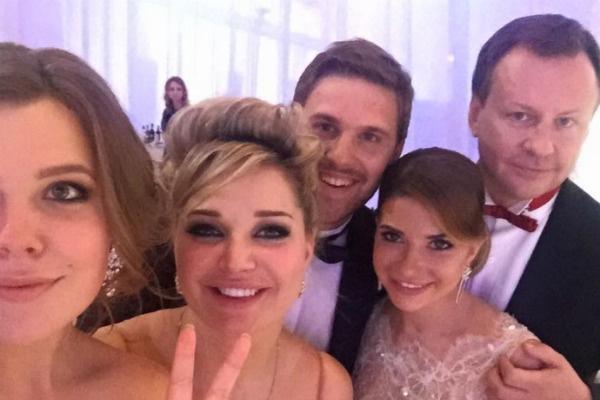 Мария Максакова и Денис Вороненков собрали на свадьбу многочисленных гостей