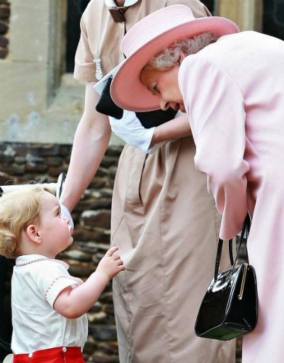Мальчик всегда готов обсудить с бабушкой волнующие его проблемы