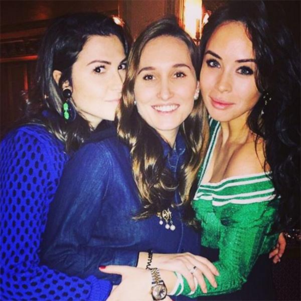 Анастасия Винокур (в центре) в окружении своих подруг