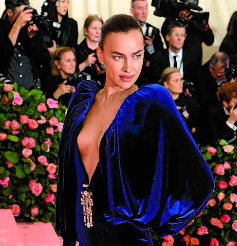 Для бала Met Gala 2019 Шейк выбрала сексуальное платье Burberry