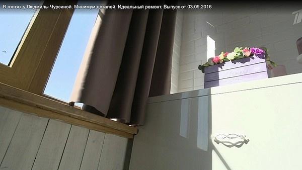 На балконе повесили плотные шторы, которые уберегут актрису от яркого солнечного света