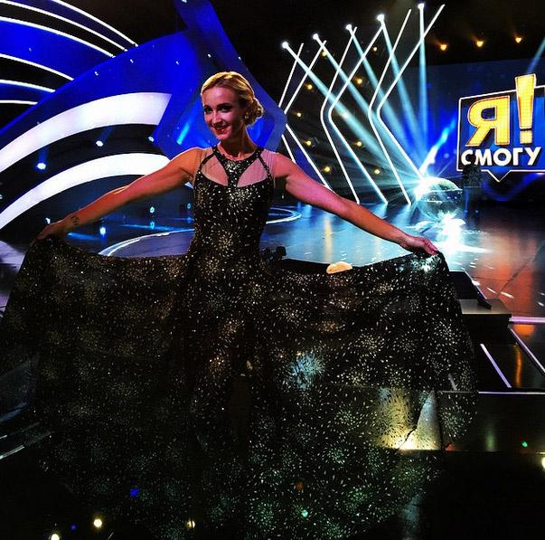 Бузвоа примерила оригинальное платье, рисунок которого напоминал звездное небо
