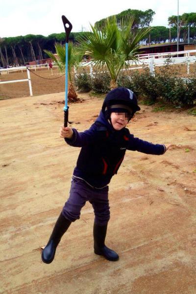 Ваня любит играть в конное поло