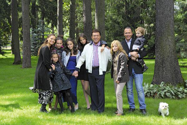 Семья Кобзон (слева направо): дочь певца Наташа, внучки Орнелла, Идель, Мишель, Полина, Анита, зять Юрий и внук Джозеф, 2012 год
