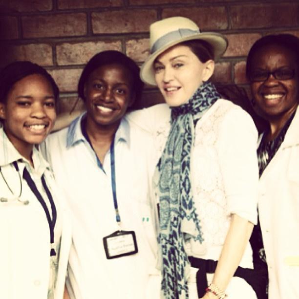 Мадонна и медперсонал в Малави