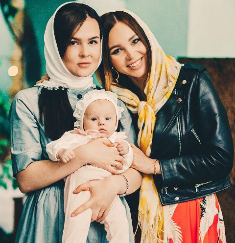 Анастасия с дочкой и крестной Мирославы