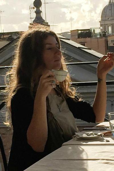 Жанна проживает в Италии вместе с супругом Василием и детьми