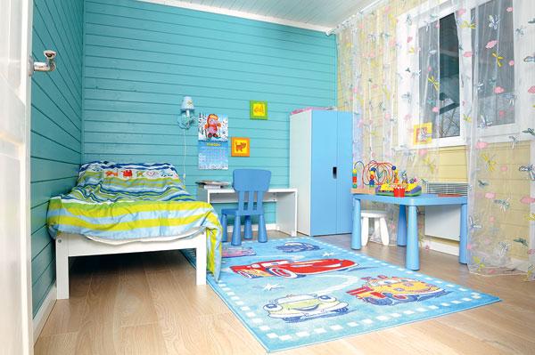 В детской много игрушек и развивающих игр