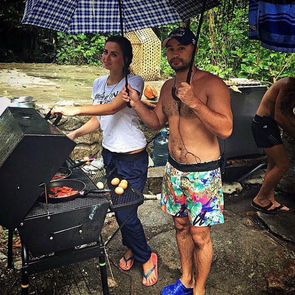 Виктория Романец и Андрей Черкасов готовят завтрак под зонтами