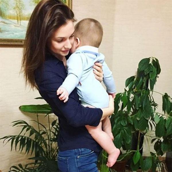 «Вчера доверили понянчить вот такого сладкого пупса», - подписала снимок с младенцем на руках Дарья Канануха