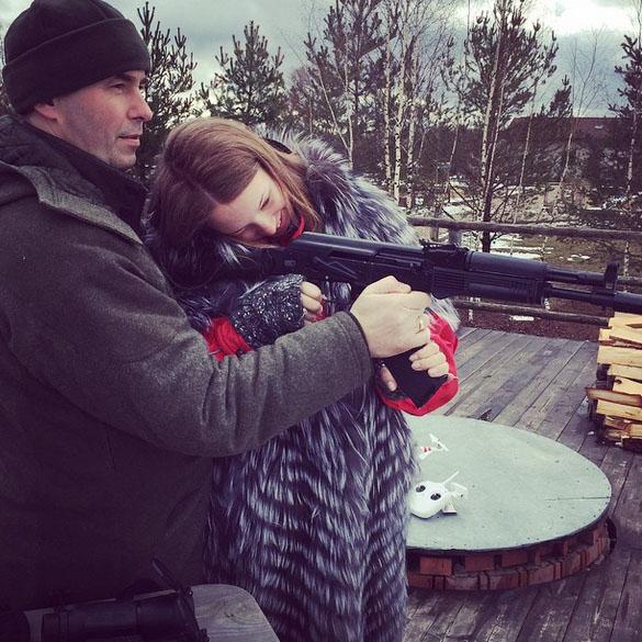 Стрелять Полине Дибровой не понравилось. Оглушает!