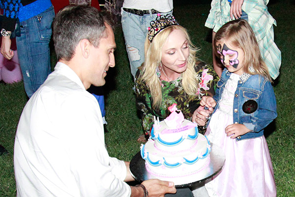 ...а под конец праздника Михаил и Кристина вручили дочке торт