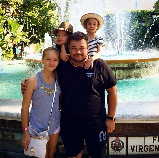 Сергей Жуков со своими детьми: Сашей, Никой и Энджелом