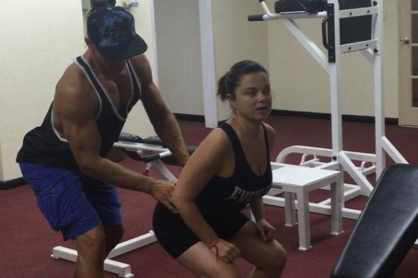 Артист приучает жену к занятиям спортом