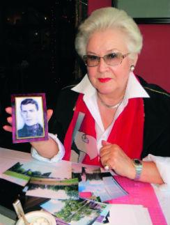 Анна Николаевна Шатилова с единственной фотографией отца. Май, 2013 год
