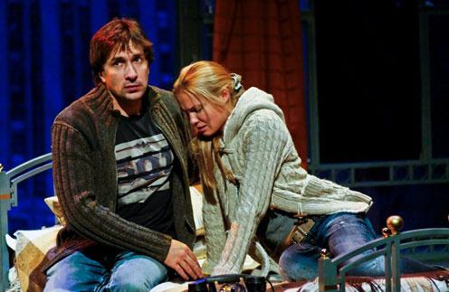 Татьяна Арнтгольц и Григорий Антипенко в спектакле «Двое на качелях»