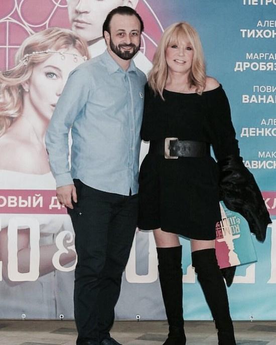 Алла Пугачева демонстрирует стройные ноги в высоких сапогах