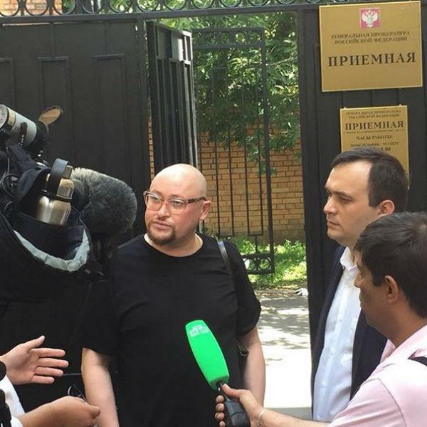 Шура с адвокатом у здания Генеральной прокуратуры