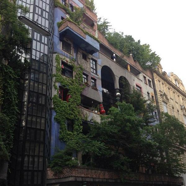 Работа австрийского архитектора Хундертвассера произвела впечатление на молодых людей