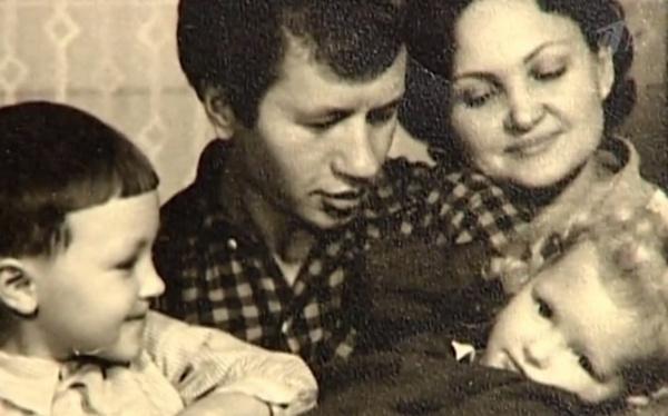 Леонид Быков с семьей