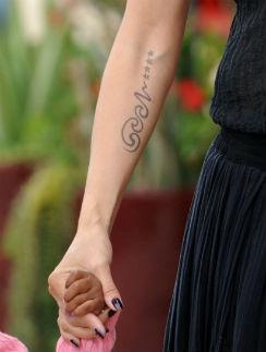 Татуировка модели - имя Сила и четыре звезды, означающие их общих детей