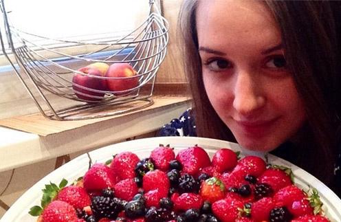 Рита Агибалова с удовольствием полакомилась тортом.
