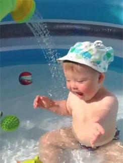Сын Эвелины Бледанс принимает водные процедуры