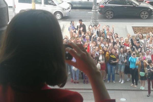 Поклонники столпились перед отелем в центре Москвы
