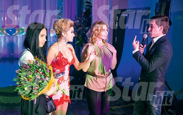 Женя Кузин передает слово для тоста Ирине Александровне. Букет от «троицы» дарила Варя Третьякова