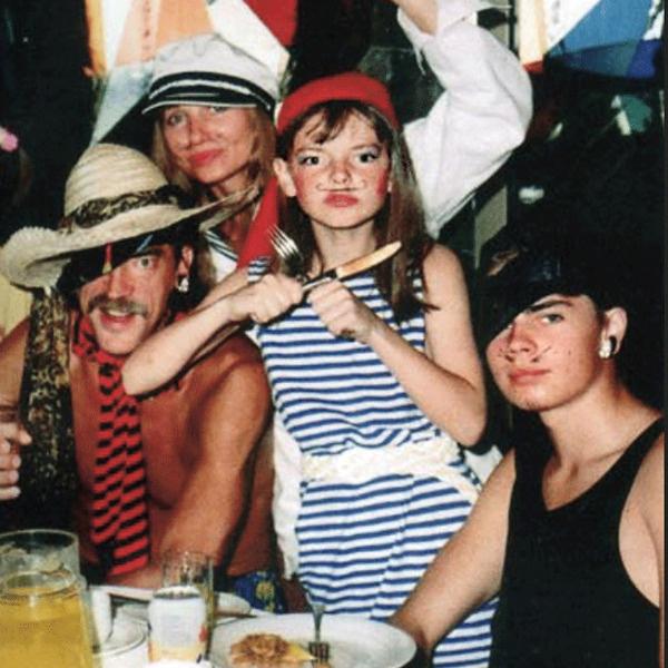 Актриса с семьей на одном из домашних костюмированных праздников