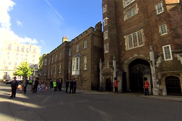 Вход в часовню по традиции охраняют гвардейцы