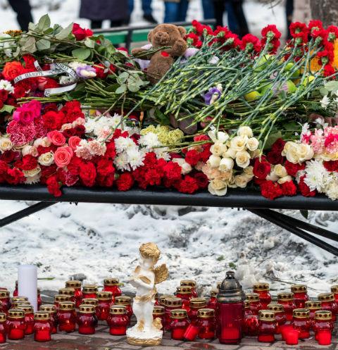 Площадь у ТРЦ «Зимняя вишня» утопает в цветах и мягких игрушках