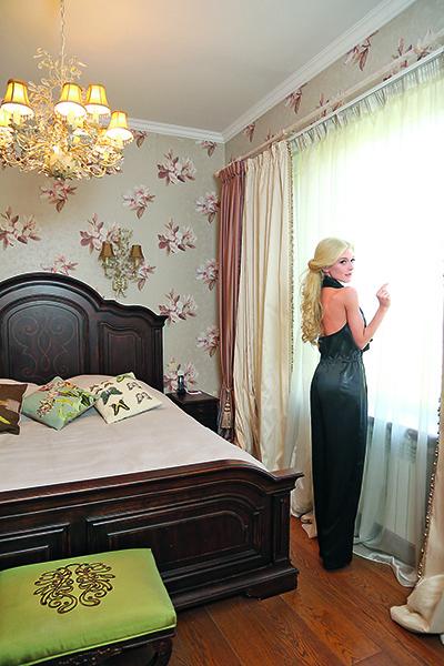Спален в доме четыре. Три для солисток и одна гостевая. На Эрике: комбинезон Maison Rabin Kayrouz