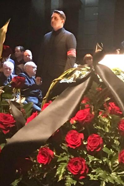 Владимир Вдовиченков стоит в почетном карауле