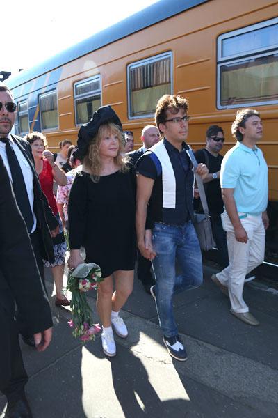 Весь поезд был окрашен в оранжевый цвет, а вагон Пугачевой - в зеленый