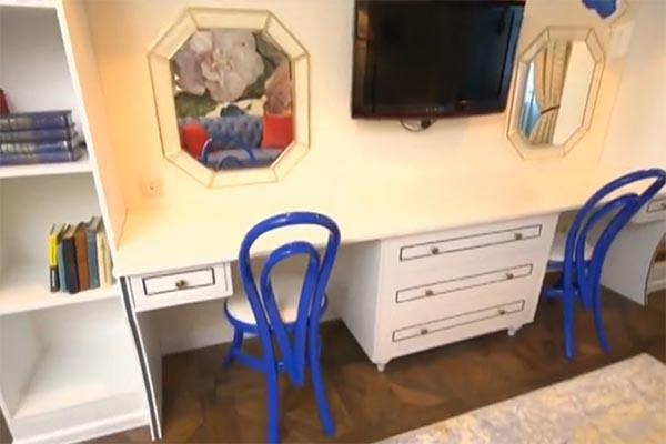 В гостиной нашлось место для письменного и туалетного столиков
