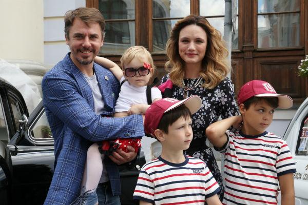 Игорь Петренко с супругой, маленькой дочкой и двумя сыновьями от предыдущего брака